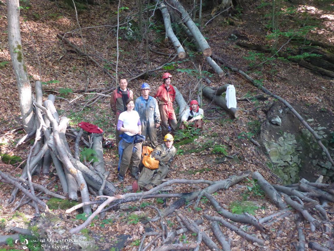 Jávorkúti-víznyelő, csoportkép a bejáratnál