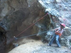 Szerintem a BEBTE honlapján látható fotókkal szemben ez a kép sokkal hűbben jellemzi a Strázsa-barlang 2006-os újrafeltárását. Ez még a munka során készült, nem utána, amikor nyitva volt a barlang, és megérkeztek a BEBTE tagjai fotózkodni.