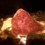 Ősi cseppkőkéreg átkristályosodott maradványa, amely jól átvilágítható (Slíz György felvétele)