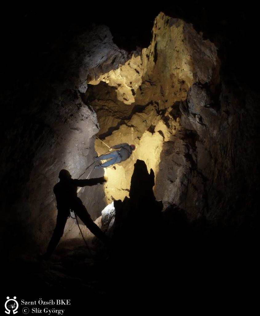 Ereszkedés a Bányász-barlangban -200m körül.
