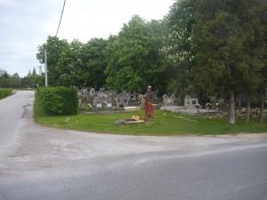 A bejárat a temető sarkán
