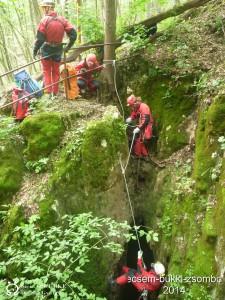 A barlang impozáns bejárata - akár Uazzal is bele lehetne esni a 70-es aknába