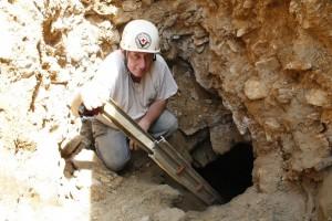 A barlang bejárata a munkagödörben