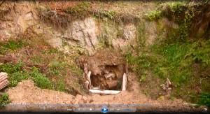 Az akna a gödör legmélyebb pontján. Felette, a sziklafal tetején folytatódik a meder.