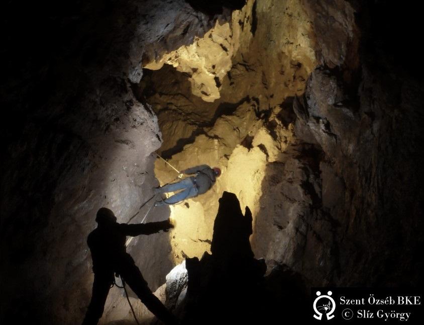 Ereszkedés-a-Bányász-barlangban-200m-körül-vizjellel-845x1024 szerk