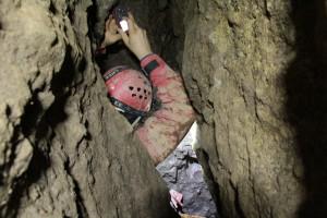 Nem túl tágas, de jópofa zegzugos barlangba jutottunk.
