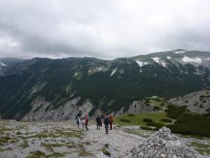 A Rax fennsíkja a Preinerkreuz felől, balra a felhőben a Heukuppe