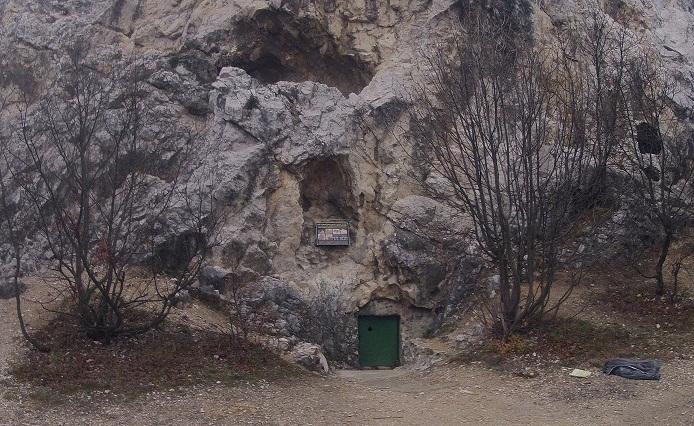 A Sátorkőpusztai-barlang bejárata.