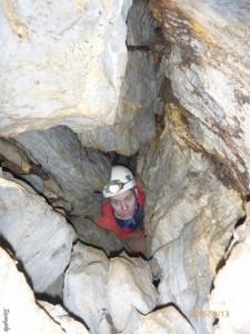 A Féregjáratba vezető csúnya átjáró - ma már lényegesen kényelmesebb és veszélytelenebb átbújást nyitottunk egy méterrel alatta