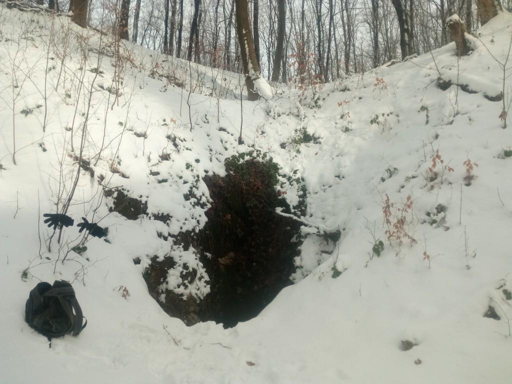 Több méter magasságig el van olvadva a hó a Víznyelő bejárata felett.