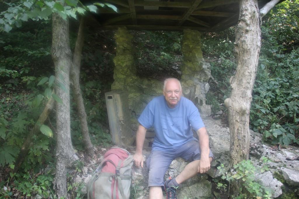 A bejáratnál - Ariadne-barlangrendszeres pólóban...